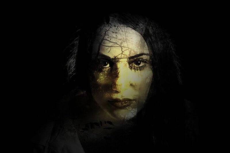 暗闇に浮かぶ女性