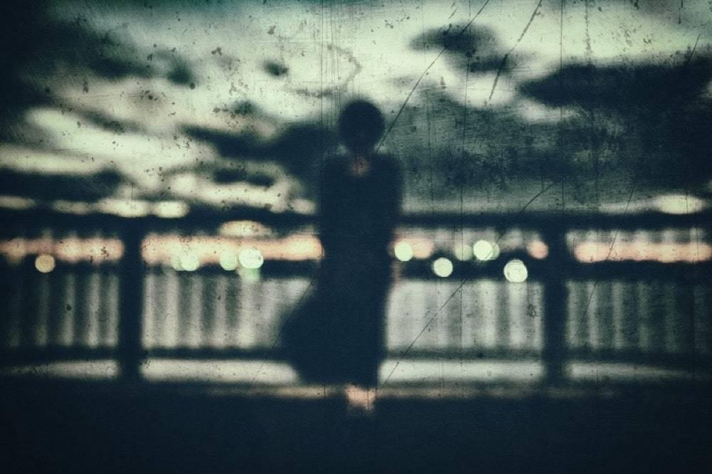 遠くに見える女性の霊