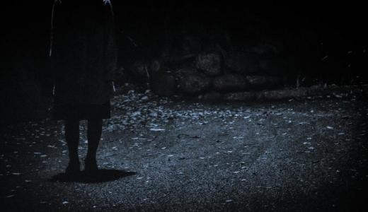【恐怖体験談】夜中に霊をお持ち帰り?道端に置かれた花束の戦慄