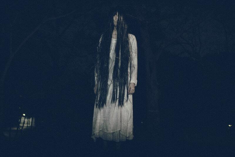 黒髪ロングの白い服を着た女性の霊