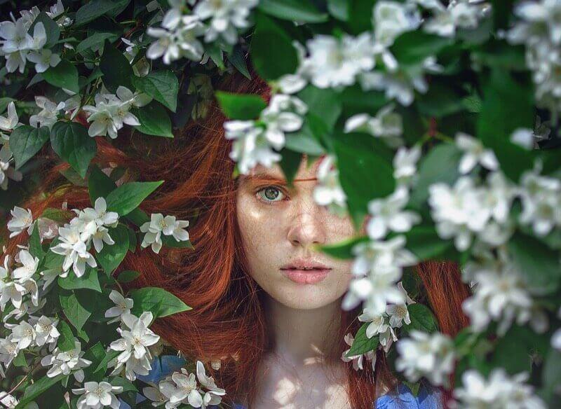 茂みからこちらを見つめる女性
