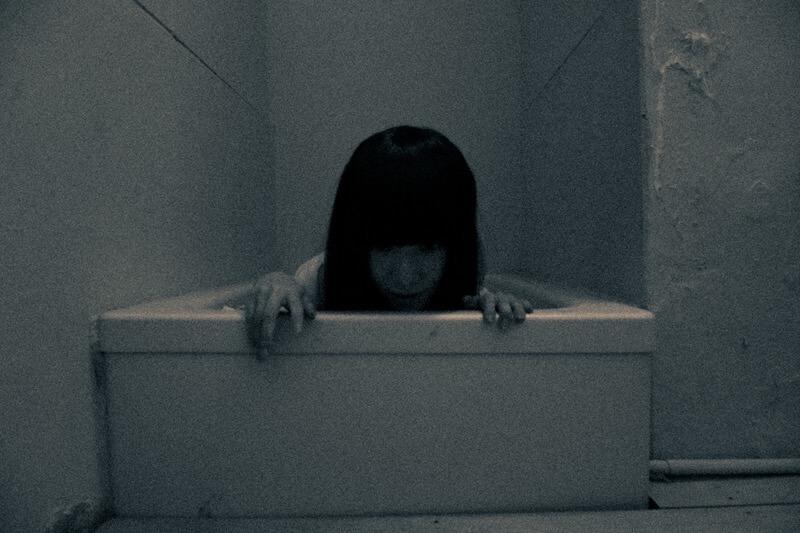浴槽からこちらを除く女性の霊
