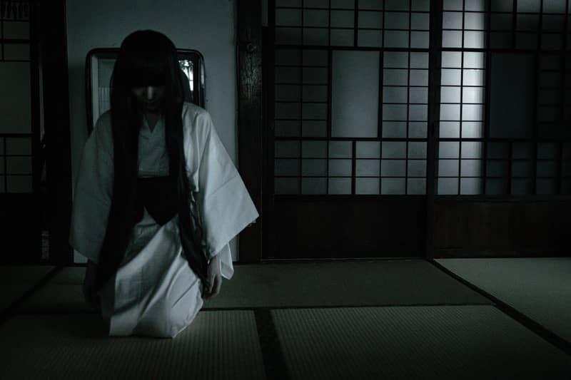 和室に座る不気味な女性