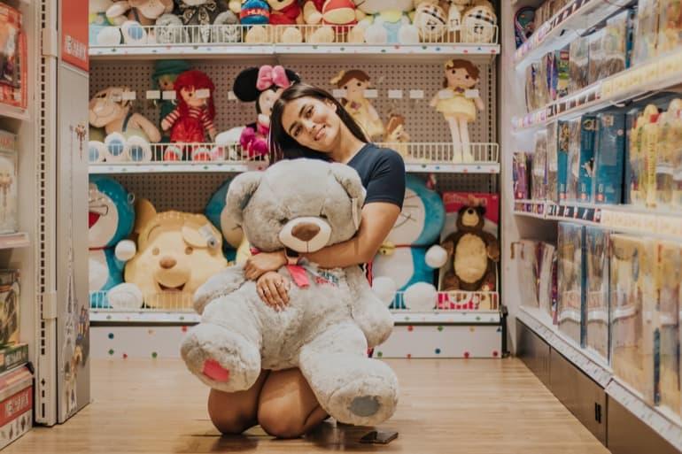人形を抱く女性