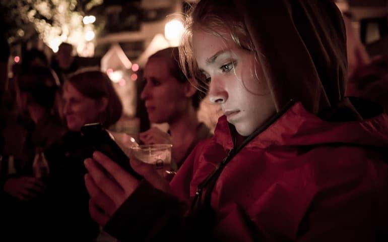 夜に友人と電話する女性